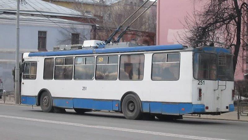 Троллейбус № 251 ЗиУ 682Г 016 04 маршрут 2 Троллейбус отъезжает от остановки Золотые ворота