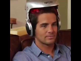 Думаете, что это инопланетный технологии, которые выкачивают мозг людей? А вот и нет! Это лазерный шлем для роста волос.