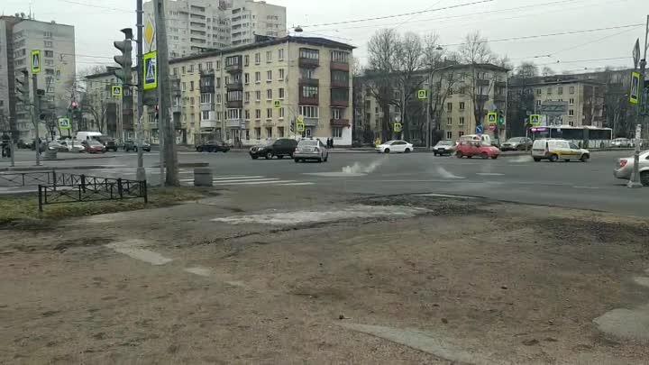 На пересечение Ленсовета и Орджоникидзе из люков идёт пар. Заявка на 004 оставлена.