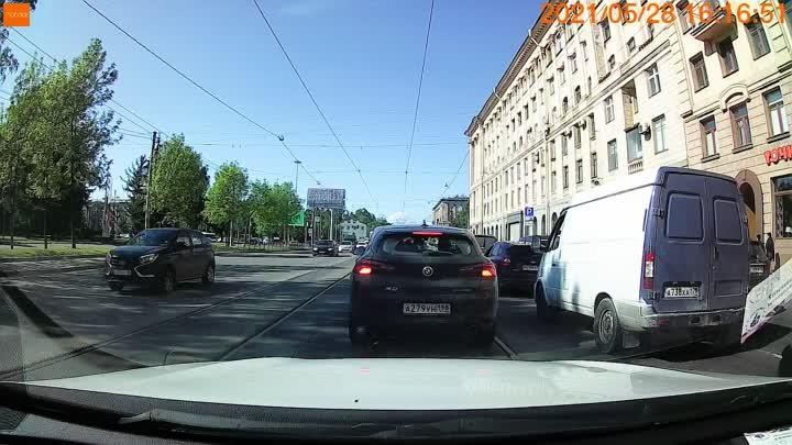 Импульсивный манёвр водителя на зелёном фургоне закончился столкновением с трамваем на Энгельса у Св...