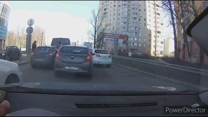 17 апреля в 12:38 в Мурине водители устроили драку после дтп.