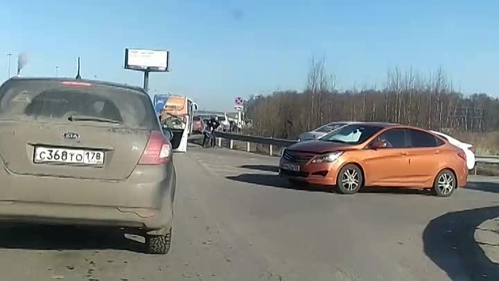 Драка с применением биты у Ленты в Буграх между водителями такси Ситимобил.