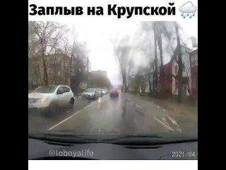 Пока на главной улице города проходил забег, на параллельной Крупской водители упражнялись в заплыве на короткую дистанцию и сто