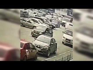 7-летний сорванец выскочил из-за припаркованного грузовика во дворе в Тюмени и создал серьёзные проблемы таксисту