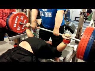Руюки Фуджимото жмет 345 кг в однослое в в/к свыше 120 кг. 2015 год. на момент сьемки атлету 15 лет!