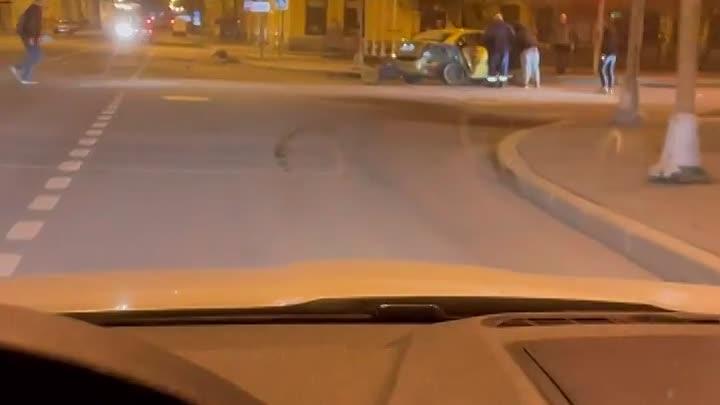 Ночью на повороте с 1-й линии на Большой пр. В.О. водитель каршеринга с признаками сао залетел в зад...