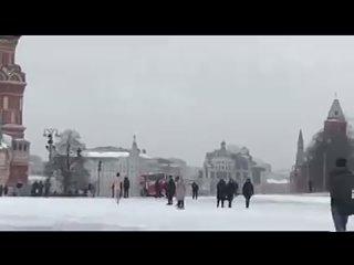 А на Красной площади в это время народ веселится