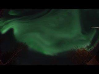Это не замедленное видео.Танцы Авроры по небу над Кируной, Швеция в режиме реального времени.