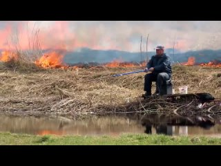 Ничего необычного, просто белорус ловит рыбу не обращая внимания на все что происходит вокруг. Что же это напоминает?!