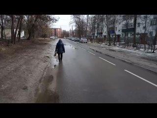 Из-за гололёда на пешеходных дорожках курские пенсионеры ходят по автомобильной дороге