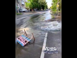 Прорыв водовода на ул.Камской возле остановки - - Это Ростов-на-Дону!
