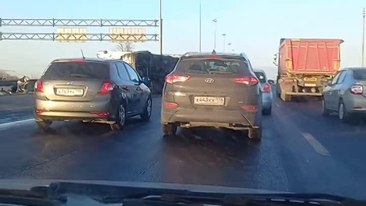 На Киевском шоссе в сторону Луги лежит фура