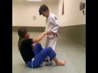 тупая девка дала уроки борьбы  неполовозрелому мальчику в позе партер но маленький сорванец вылез из кожи вон и вмазался в сте