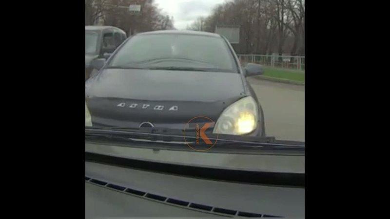 Кажется водитель этого Опеля придумал свои правила дорожного движения