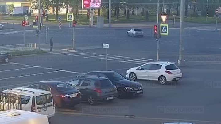 Видео вчерашнего ДТП на перекрёстке Ириновского и Индустриального. Новость ранее: https://vk.com/wal...