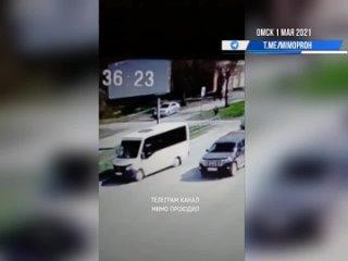 Мужчина украл бутылку алкоголя и попал под маршрутку. Омск