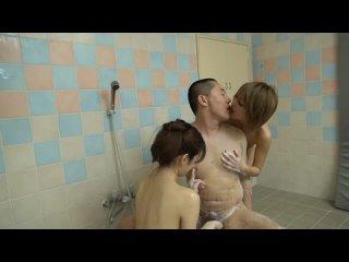 японочки страстно дрочат член в ванной азиатки в попу сосут берёт в рот asian japan porn sex milf teen