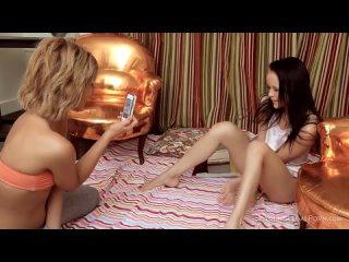 Худенькая русская блондинка играет пальцами с пиздой подруги.mp4
