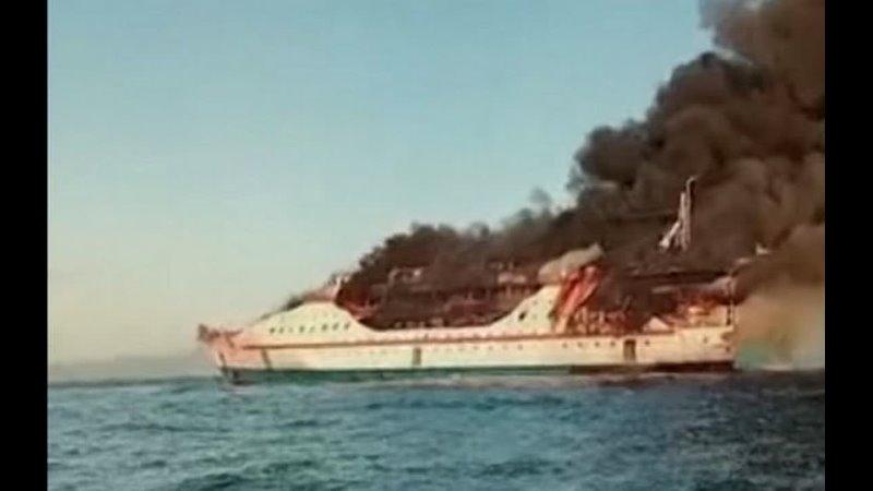 В водах Индонезии загорелся пассажирский лайнер на борту было 200 человек