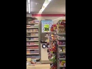 Рептилия кошмарит супермаркет в Таиланде :