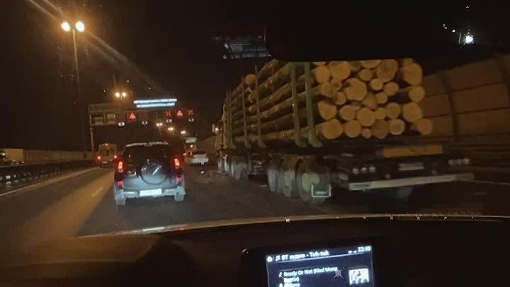 ДТП с лесовозом на внешней стороне КАД между Янино и Шафировским. Водитель жив, все нормально, служб...