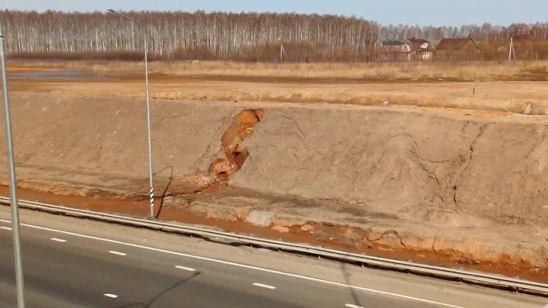 Размытая насыпь на 300-м километре трассы М-7. Вязники 16.04.2021