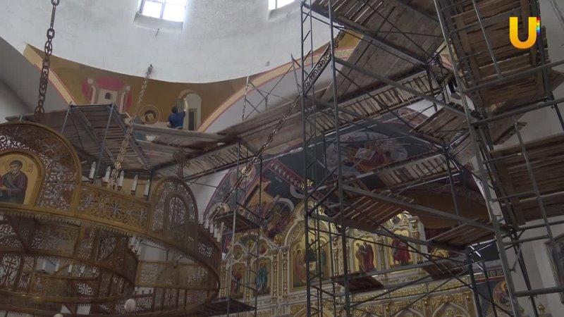 Живописцы обновляют роспись Троицкого храма