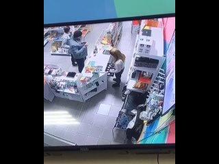 В круглосуточный магазин зашла одна пара  в 02-04,украли симкарты на 1350 руб и вышли.
