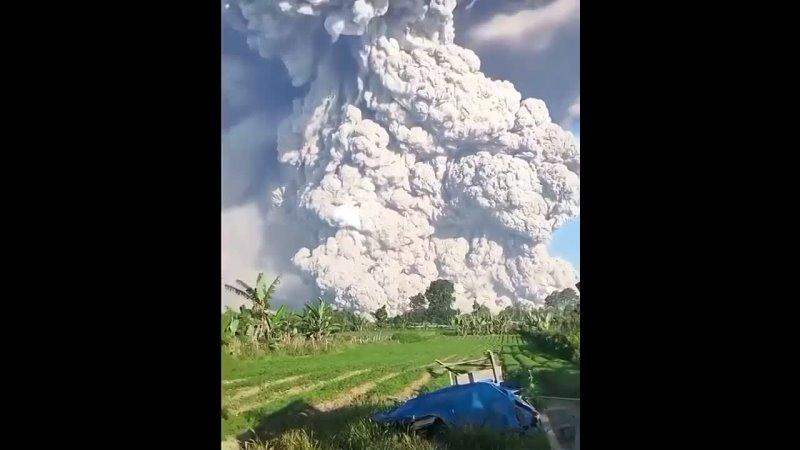 🔥 Вулкан горы Синабунг в Индонезии поднял облако горячего пепла на высоту до пяти километров. 🔥