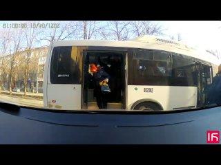 В Ростове автобус №66 уезжает, когда пассажиры еще не вышли ()