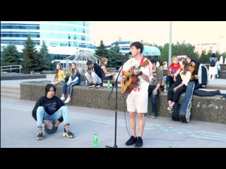 Молодой парень спел песню Чумакова тут и там в центре столицы Казахстана