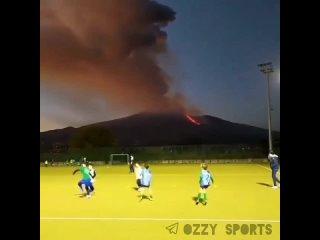 Ничего необычного, просто детишки в Италии играют в регби на фоне извержения вулкана Этна.