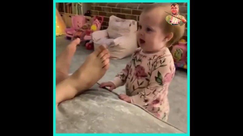 Малыш на батины ноги напал