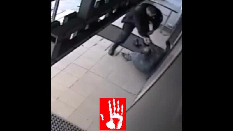 Охранники избили задержанного который был в наручниках