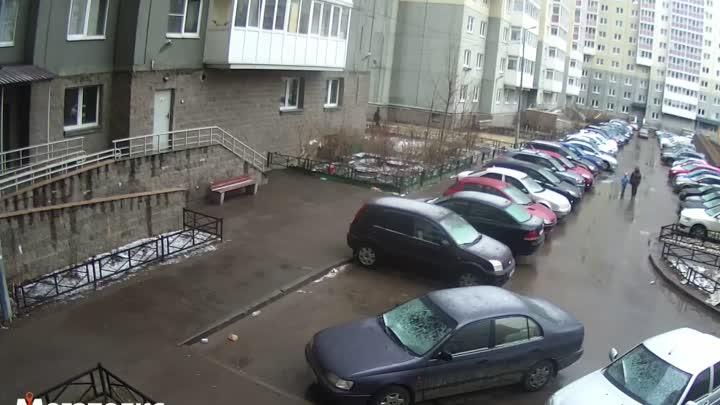 Видео к новости, где на Ленинском 55к2 напротив 2 парадной кто-то кинул целенаправленно бутылку в гр...