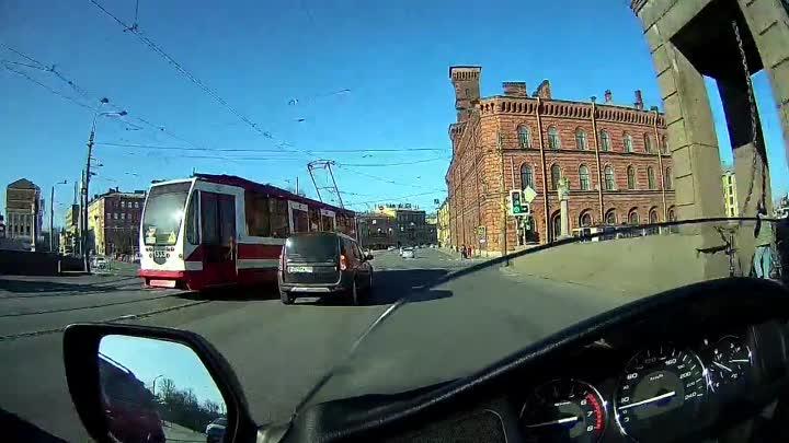 В воскресенье около 17 часов гонщик на Тойоте чудом успел пролететь перед поворачивающим трамваем. Н...