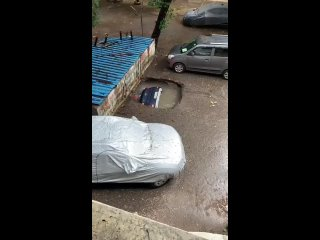 В Индии после многодневного ливня исчезают автомобили – причина ясна.