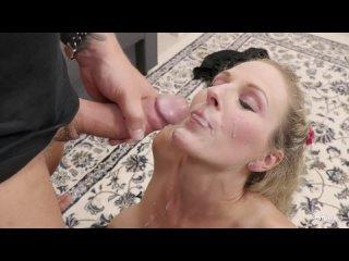 Блондинка в чулках получает обильную порцию спермы в рот и на лицо