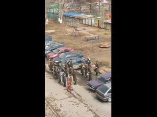 Военный оркестр сыграл для ветерана и для детей. Тольятти