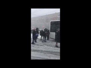 В Калининграде пассажиры толкали автобус