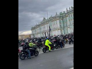 Еще немного видео с парада мотоциклистов в Петербурге