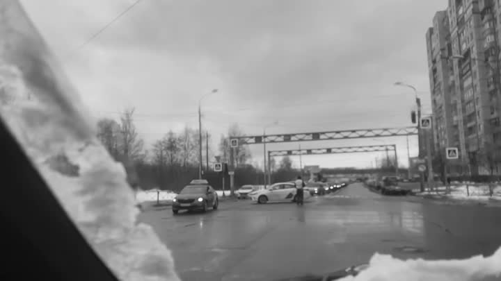 Поршеводец и таксист предприняли удачную попытку удивить друг друга неожиданными маневрами на пересе...