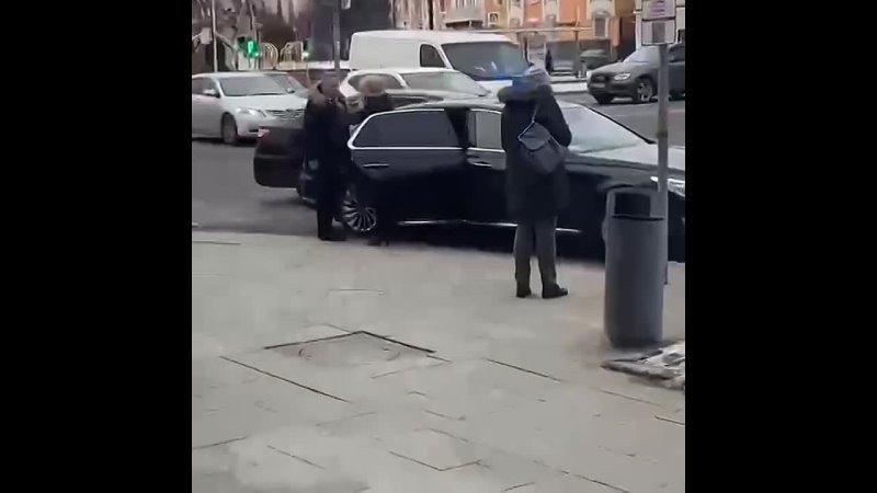 Заместитель председателя Госдумы Ирина Яровая вышагивает на работку Разумеется водитель встал на зебре с нарушением правил и