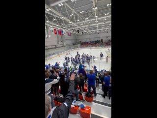 Хоккеисты МХК Динамо отмечают чемпионство с болельщиками
