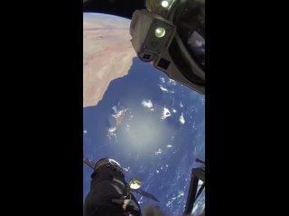 Невероятный вид Земли, снятый во время выходов в открытый космос космонавтом Олегом Артемьевым.