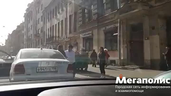 Драка таксиста с пассажиром на 2-й Советской попала на видео «Для кого-то утренний кофе был слишко...