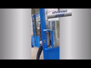 В мариупольский АТБ ворвался мужик с топором и начал крушить кассы. Нетипичный Донецк (1080p).mp4