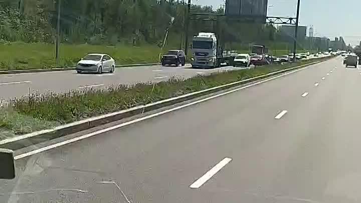 Автомобиль развернуло на Коменданском, напротив завода Nissan, в сторону КАД . Все живы
