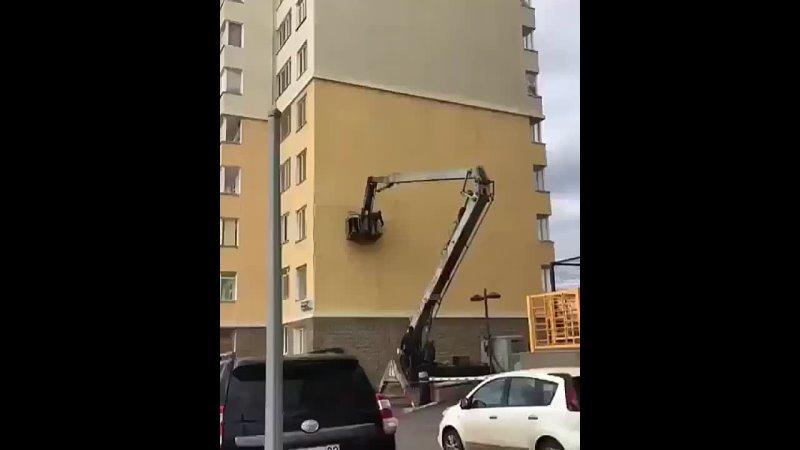 Строители исправляют косяки