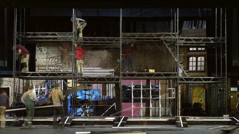 Установка декораций к спектаклю Добрый человек из Сычуани